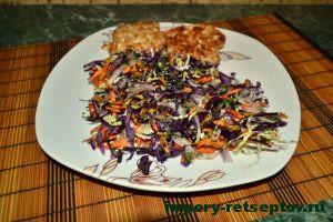 готовый салат на тарелке