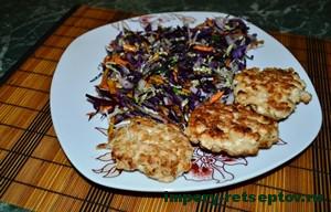 котлетки с салатом на тарелке