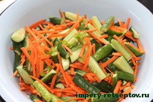 Складываем обработанные овощи в кастрюлю