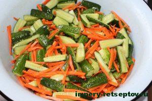 Смешать огурцы морковь и маринад